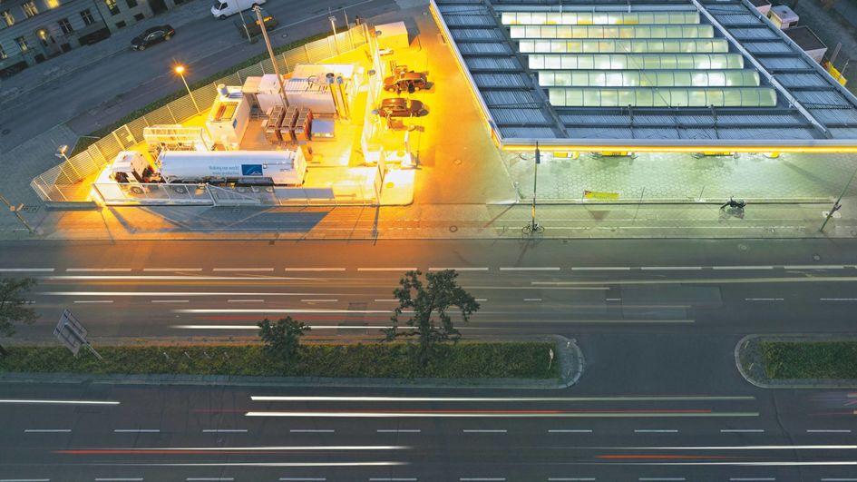 Wasserstoff steht für eine klimafreundliche Mobilität der Zukunft. Eingesetzt in Brennstoffzellen-Fahrzeugen des Öffentlichen Nahverkehrs wie Busse oder Züge, aber auch im Schwerlasttransport kann Wasserstoff seine Stärken als emissionsfreier Treibstoff ausspielen.